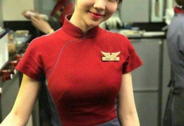 華航甜美正妹空姐Qbee張比比機上拍照 網友:制服變好撐喔!