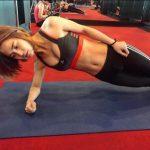 最正健身教練!她彎腰示範時學員只看到好深一條溝 男網友暴動:突然好想健身!