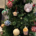 貓主子盯著聖誕樹「思考喵生」 主人嘆:不要打壞主意!