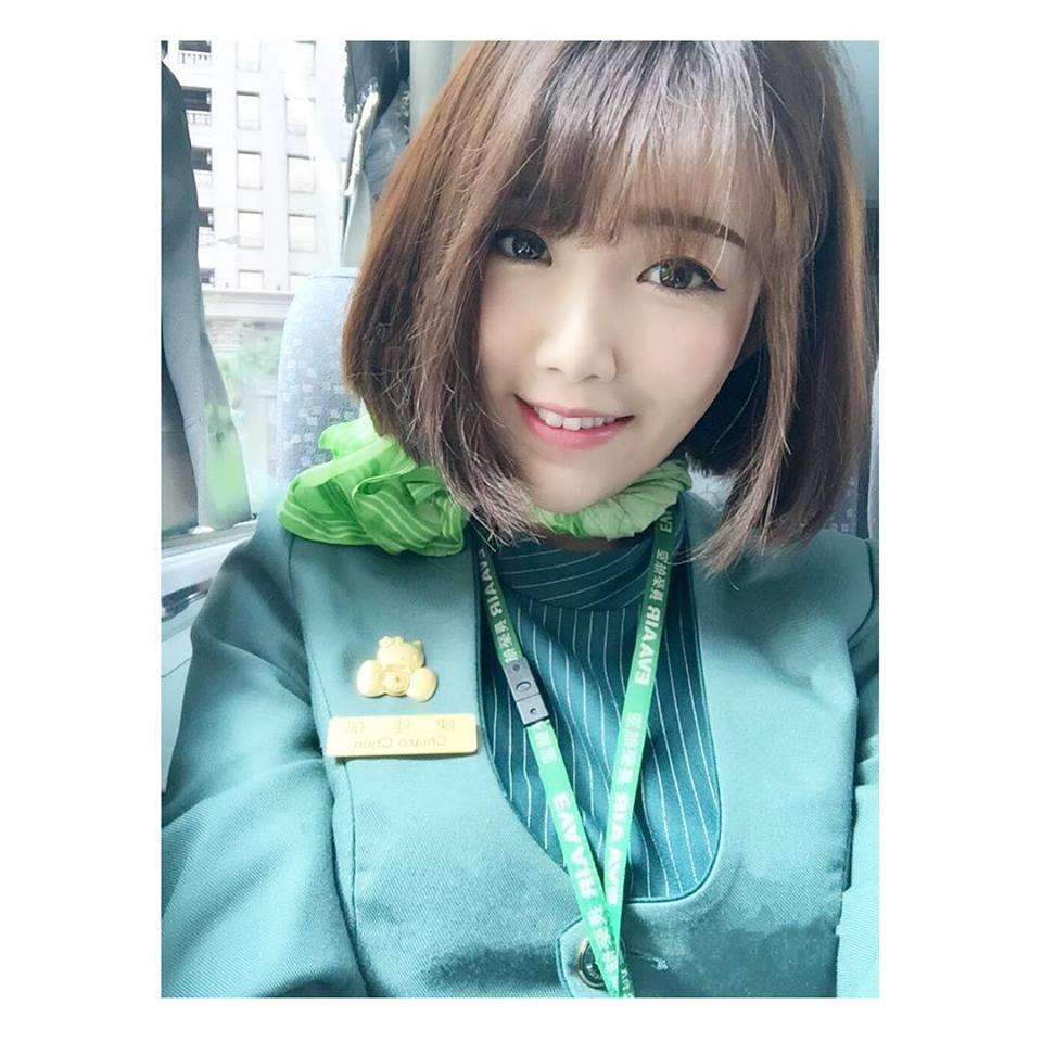 長榮短髮正妹空姐Chiaro Chen (阿C)  跟麥當勞叔叔合照大秀白皙筆直美腿