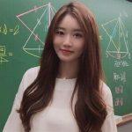 妙齡數學老師穿短裙上課 轉身絕美神顏轟動網